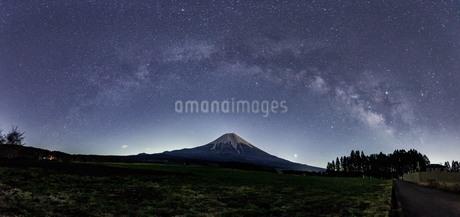 富士山と天の川 朝霧高原 日本 静岡県 富士宮市の写真素材 [FYI03404132]