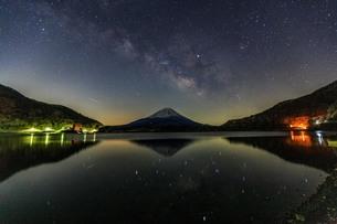 富士山と天の川 精進湖 の写真素材 [FYI03404133]