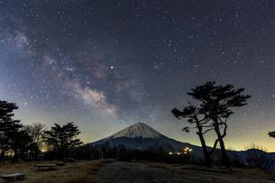富士山と天の川 西湖 日本 山梨県 富士河口湖町の写真素材 [FYI03404134]