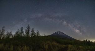 富士山と天の川 日本 山梨県 鳴沢村の写真素材 [FYI03404135]