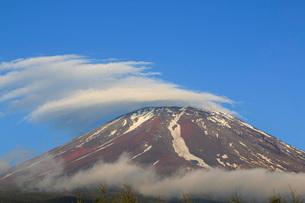 富士山と笠雲 日本 山梨県 鳴沢村の写真素材 [FYI03404143]