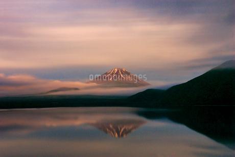 富士山と本栖湖 日本 山梨県 富士河口湖町の写真素材 [FYI03404145]
