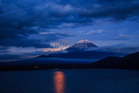 富士山と月 本栖湖 日本 山梨県 身延町の写真素材 [FYI03404146]