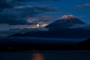 富士山と月 本栖湖 日本 山梨県 身延町の写真素材 [FYI03404147]