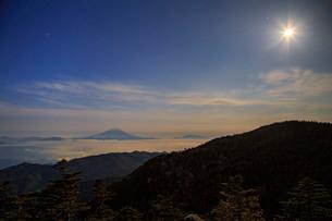 国師ケ岳から望む富士山 日本 山梨県 山梨市の写真素材 [FYI03404152]