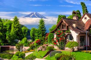 河口湖オルゴールの森美術館と富士山 日本 山梨県 南都留郡の写真素材 [FYI03404154]