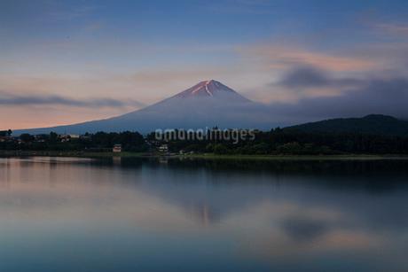 富士山と河口湖 日本 山梨県 富士河口湖町の写真素材 [FYI03404155]