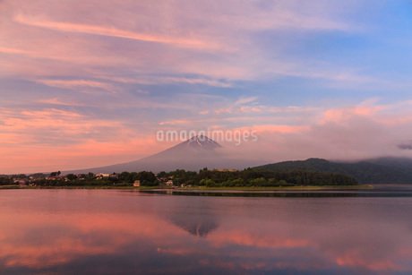 富士山と河口湖 日本 山梨県 富士河口湖町の写真素材 [FYI03404156]