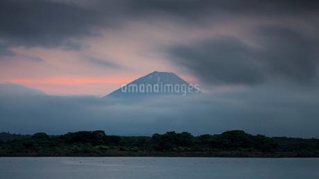 富士山と精進湖 の写真素材 [FYI03404157]