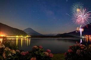富士山と天の川 精進湖 の写真素材 [FYI03404170]