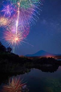 富士山と花火 本栖湖 日本 山梨県 身延町の写真素材 [FYI03404171]