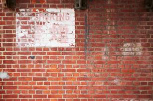 朽ちたレンガ壁の写真素材 [FYI03404178]
