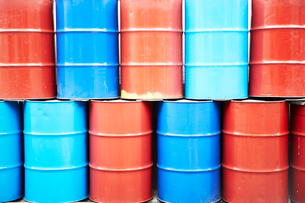 赤と青のドラム缶の写真素材 [FYI03404185]
