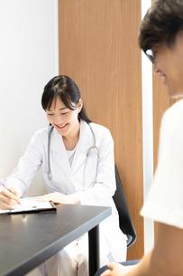 診察する女医の写真素材 [FYI03404248]