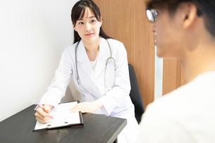 診察する女医の写真素材 [FYI03404250]