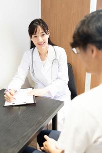 診察する女医の写真素材 [FYI03404251]
