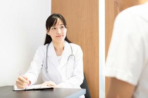 診察する女医の写真素材 [FYI03404253]