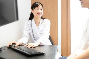 検査結果を見せる女医の写真素材 [FYI03404275]