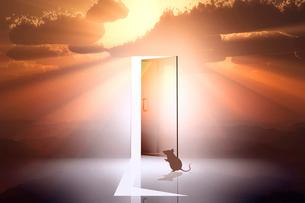 日の出とネズミのシルエットと光が射し込むドアのイラスト素材 [FYI03404385]