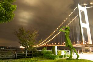 来島海峡展望館 モニュメント像と ライトアップされた 来島海峡大橋の写真素材 [FYI03404420]