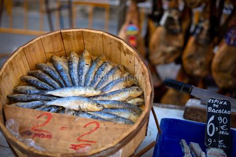 スペインのマーケットで売られるイワシの塩つけの写真素材 [FYI03404473]
