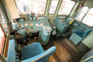鉄道歴史パークに 展示される DF50型ディーゼル機関車 1号機 運転席の写真素材 [FYI03404493]