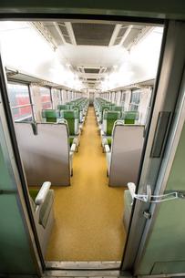 鉄道歴史パークに 展示される キハ65形急行用気動車 34号 客室の写真素材 [FYI03404557]