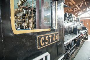 鉄道歴史パークに 展示される 国鉄C57形蒸気機関車「44号機」運転席より 車両前部方面の写真素材 [FYI03404574]