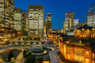 東京駅の夜景と駅前広場の写真素材 [FYI03404634]