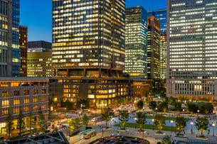 東京駅丸の内の夜景と駅前広場の写真素材 [FYI03404635]