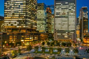 東京駅丸の内の夜景と駅前広場の写真素材 [FYI03404636]