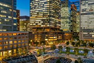 東京駅丸の内の夜景と駅前広場の写真素材 [FYI03404637]