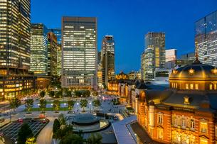 東京駅の夜景と駅前広場の写真素材 [FYI03404638]