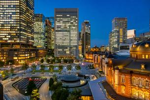 東京駅の夜景と駅前広場の写真素材 [FYI03404639]