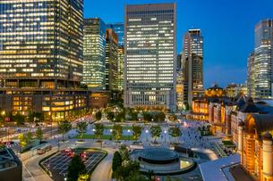 東京駅の夜景と駅前広場の写真素材 [FYI03404642]