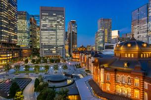 東京駅の夜景と駅前広場の写真素材 [FYI03404643]