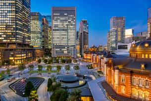 東京駅の夜景と駅前広場の写真素材 [FYI03404644]