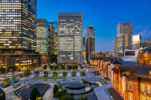 東京駅の夜景と駅前広場の写真素材 [FYI03404645]