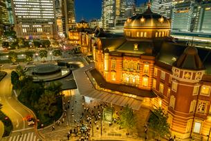 東京駅の夜景と歩行者の写真素材 [FYI03404646]
