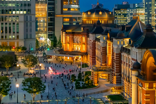 東京駅の夜景と駅前広場の写真素材 [FYI03404647]