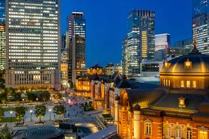 東京駅の夜景と駅前広場の写真素材 [FYI03404648]