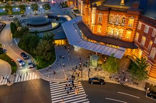東京駅の夜景と歩行者の写真素材 [FYI03404649]