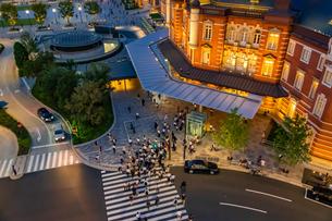 東京駅の夜景と歩行者の写真素材 [FYI03404650]