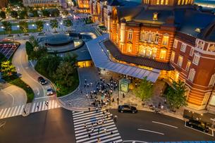 東京駅の夜景と歩行者の写真素材 [FYI03404651]