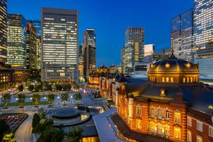 東京駅の夜景と駅前広場の写真素材 [FYI03404652]