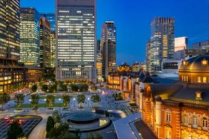 東京駅の夜景と駅前広場の写真素材 [FYI03404653]