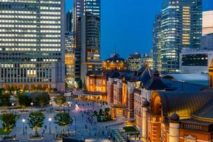 東京駅の夜景と駅前広場の写真素材 [FYI03404654]