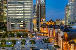 東京駅の夜景と駅前広場の写真素材 [FYI03404655]