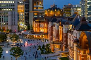 東京駅の夜景と駅前広場の写真素材 [FYI03404656]