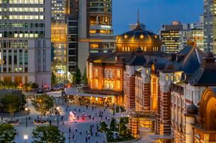 東京駅の夜景と駅前広場の写真素材 [FYI03404657]